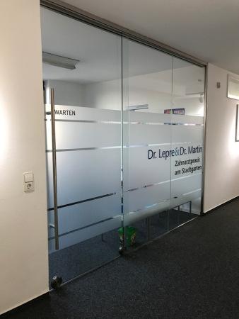 Sichtschutz Glasdekor Folie bekleben Praxis